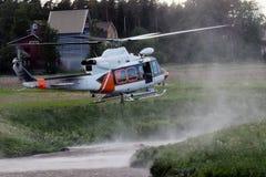 Hélicoptère de pompier planant au-dessus d'une petite rivière photos stock