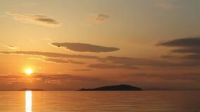 Hélicoptère de quadruple de bourdon avec le vol dans le ciel de coucher du soleil clips vidéos