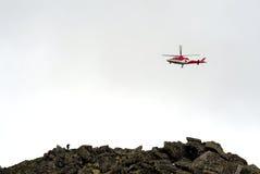 Hélicoptère de sauvetage au-dessus d'arête Photos stock