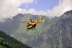 Hélicoptère de sauvetage dans les montagnes Photographie stock libre de droits