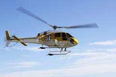 Hélicoptère de sauvetage et ciel bleu Photographie stock libre de droits