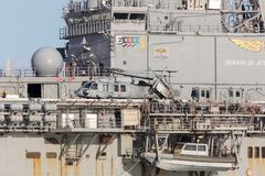 Hélicoptère de Sikorsky MH-60 SH-60 Seahawk de la marine d'Etats-Unis sur le bateau délié de guêpe de marine d'états l'USS Bonhom Photo stock
