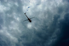 Hélicoptère de vol Image stock