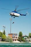 Hélicoptère du mil Mi-17 conduisant une délivrance de l'eau sur Senec Sunny Lakes, Slovaquie photographie stock libre de droits