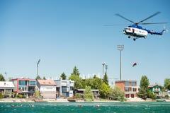 Hélicoptère du mil Mi-17 conduisant une délivrance de l'eau sur Senec Sunny Lakes, Slovaquie photo stock