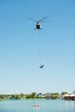 Hélicoptère du mil Mi-17 conduisant une délivrance de l'eau sur Senec Sunny Lakes, Slovaquie photos stock