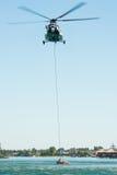 Hélicoptère du mil Mi-17 conduisant une délivrance de l'eau sur Senec Sunny Lakes, Slovaquie images libres de droits