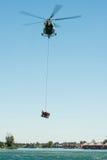 Hélicoptère du mil Mi-17 conduisant une délivrance de l'eau sur Senec Sunny Lakes, Slovaquie Image libre de droits