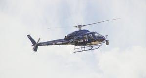 Hélicoptère 2014 du Tour de France TV contre le ciel lumineux Photographie stock