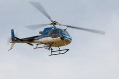 Hélicoptère Ecureuil AS350 B3 en vol Photos stock