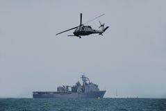 Hélicoptère et cuirassé de marine photo stock