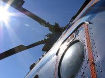 Hélicoptère et les rayons du soleil image stock