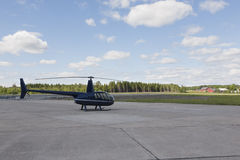 Hélicoptère garé dans un petit aéroport Photo libre de droits