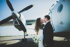 Hélicoptère heureux d'équitation de jeunes mariés de couples de mariage Photographie stock