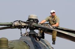 Hélicoptère HIND de Mi-24V - mécanicien s'asseyant sur un P.R. Image libre de droits
