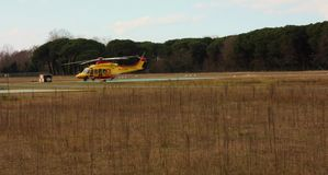 Hélicoptère jaune de délivrance garé dans un aéroport local image stock