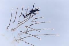 Hélicoptère libérant des fusées Images stock