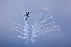 Hélicoptère libérant des fusées Photographie stock
