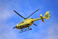 Hélicoptère médical de secours en vol photos stock