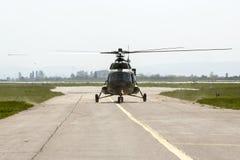 Hélicoptère militaire à l'aéroport Image stock