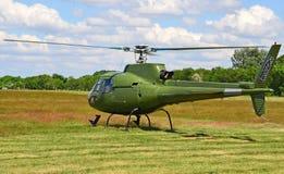 Hélicoptère militaire à l'aéroport en été Photos stock