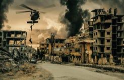 Hélicoptère militaire et forces roping dans la ville détruite photos stock