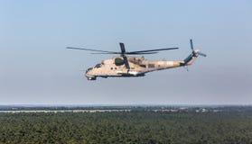 Hélicoptère militaire Mi-24 (de derrière) Photo libre de droits