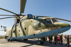 Hélicoptère militaire universel MI-26 de transport et visiteurs de image stock
