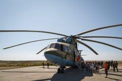 Hélicoptère militaire universel MI-26 de transport et visiteurs de l'exposition photos stock