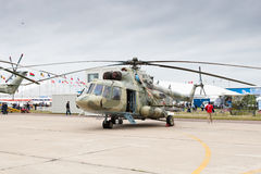 Hélicoptère militaire vert et gris Photographie stock