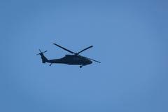 Hélicoptère noir de faucon images stock