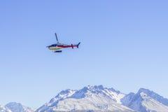 Hélicoptère non identifié volant au-dessus de la côte ouest étonnante, île du sud, Nouvelle-Zélande Photo libre de droits
