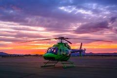 Hélicoptère pendant le coucher du soleil Photographie stock libre de droits
