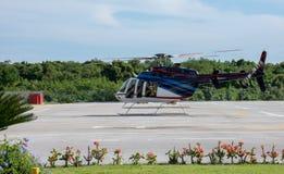 Hélicoptère prêt à décoller de l'héliport Image stock