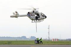 Hélicoptère prenant la charge Images libres de droits