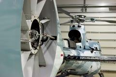 Hélicoptère privé de luxe garé dans le hangar Photographie stock libre de droits