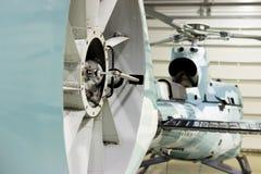 Hélicoptère privé de luxe garé dans le hangar Photos stock