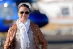 Hélicoptère proche pilote de femme Photographie stock libre de droits