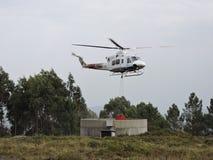 Hélicoptère recueillant l'eau Photos libres de droits