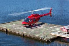 Hélicoptère rouge volant au-dessus des eaux de Stockholm photographie stock