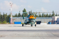 Hélicoptère roulant au sol sur le tablier d'aéroport Images libres de droits