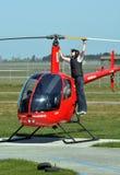 Hélicoptère s'exerçant et guidé étant contrôlé Photo stock