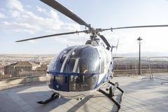 Hélicoptère se tenant au centre de la ville à un affichage de police Images stock