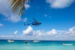 Hélicoptère sous des bateaux de vitesse sur le bel océan clair avec le fond de ciel et de nuage Photos stock
