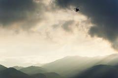 Hélicoptère volant au-dessus du deser d'Atacama Image stock