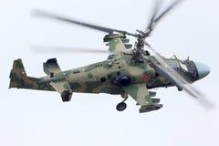 Hélicoptères de combat de Kamov Ka-52 RF-90387 de l'Armée de l'Air russe pendant la répétition de défilé de Victory Day à la base Photos stock