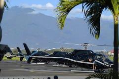Hélicoptères de visite sur le tarmack dans Maui Photo stock