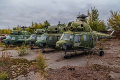 Hélicoptères militaires russes abandonnés sur l'aérodrome militaire abandonné Image stock