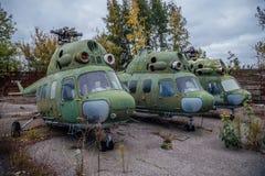 Hélicoptères militaires russes abandonnés sur l'aérodrome militaire abandonné Images stock