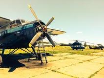 Hélicoptères militaires russes abandonnés sur le champ Photo stock